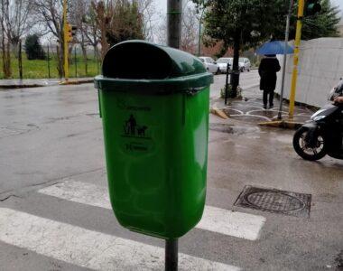 Inizia l'installazione dei contenitori per le deiezioni canine