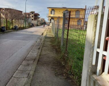FOTOGALLERY — Diserbo e spazzamento manuale: intervento a Via Etna e nelle traverse limitrofe